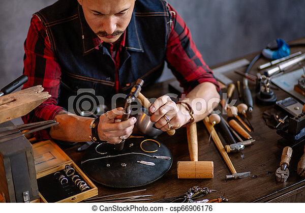 有才能, 形式, 給, 年輕, goldsmith, 戒指 - csp66906176