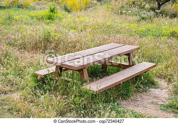 木製のテーブル, 庭ベンチ - csp72340427
