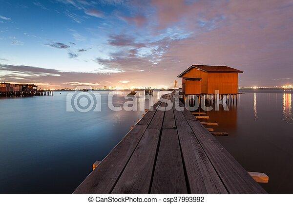 木製の橋, 小屋, 日の出 - csp37993992