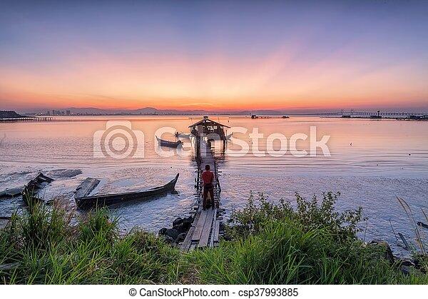 木製の橋, 小屋, 日の出 - csp37993885