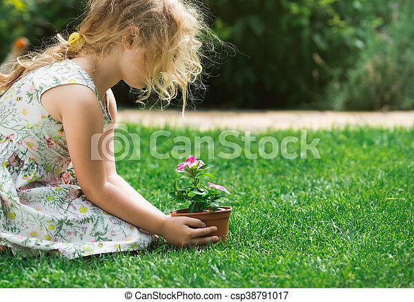 植物, 花, 保有物, わずかしか, 若い, 緑の背景, 手, ブロンド, 女の子 - csp38791017