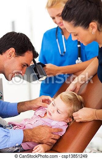 検査, 女の子, 耳, わずかしか, 小児科医 - csp13851249