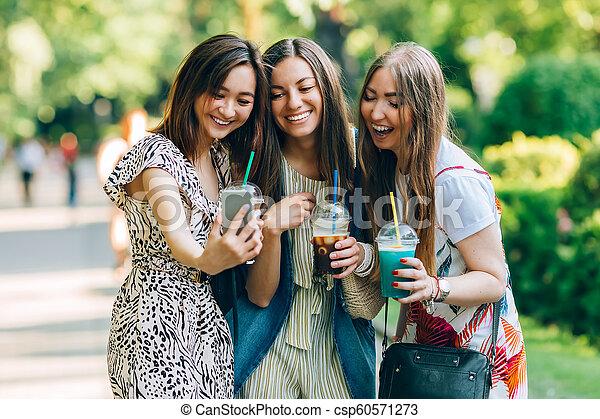 楽しみなさい, 夏, jewess, 肖像画, アジア人, 楽しみ, 最も良く, lifestyle., 女の子, day., 日, 保有物, caucasian., 幸せ, 日当たりが良い, 公園, 友人, 女性, ライフスタイル, milkshakes., 多人種である, joy., すてきである, 持つこと, ガラス - csp60571273