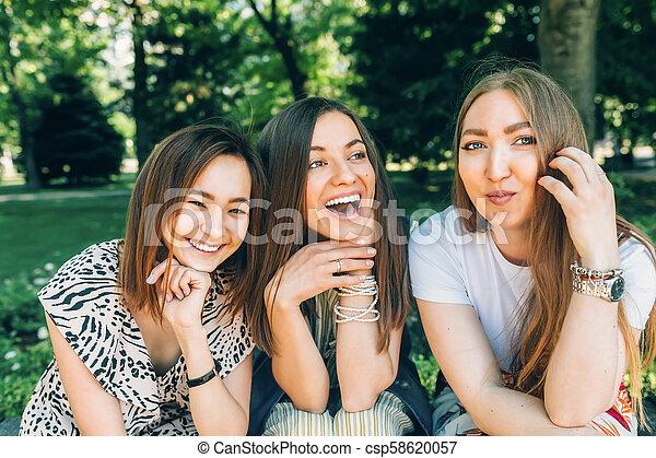 楽しみなさい, 夏, lifestyle., ライフスタイル, 多人種である, 公園, 日当たりが良い, jewess, 女の子, day., joy., すてきである, 肖像画, caucasian., 楽しみ, アジア人, 女性, 友人, 持つこと, 最も良く, 幸せ - csp58620057