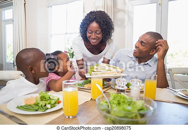 楽しむ, 食事, 健康, 一緒に, 家族, 幸せ - csp20898075