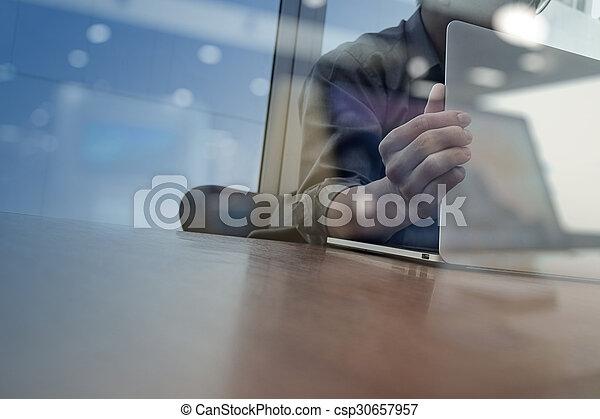 概念, ビジネス, 仕事, 木製である, 現代, ビジネスマン, 手, 電話, コンピュータ, 机, 新しい, 作戦, 痛みなさい - csp30657957
