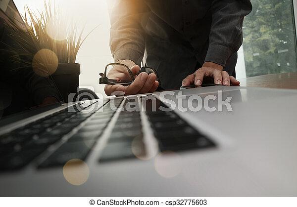 概念, ビジネス, 仕事, 木製である, 現代, ビジネスマン, 手, 電話, コンピュータ, 机, 新しい, 作戦, 痛みなさい - csp32775603