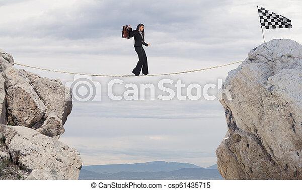 概念, ビジネス, 手を伸ばす, 女性実業家, 問題, ロープ, 旗, 勝ちなさい - csp61435715