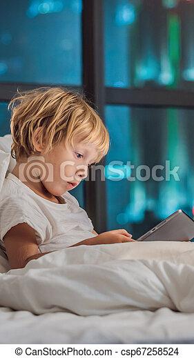 概念, city., instagram, 睡眠, 技術, 子供, 前に, 物語, タブレット, 行く, size., 彼の, 縦, フォーマット, 壁紙, 使用, 背景, 男の子, モビール, ベッド, 物語, 夜, ∥あるいは∥ - csp67258524