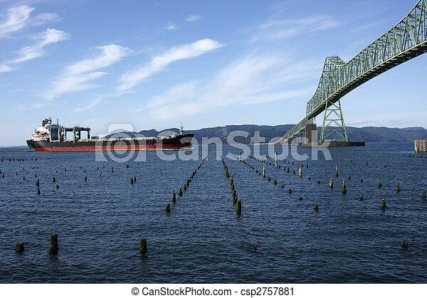 橋, 渡ること, astoria, ship. - csp2757881