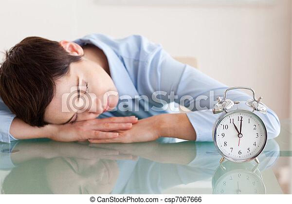 次に, 彼女, 机, かわいい, 警報, 頭, 睡眠, 女, 時計 - csp7067666