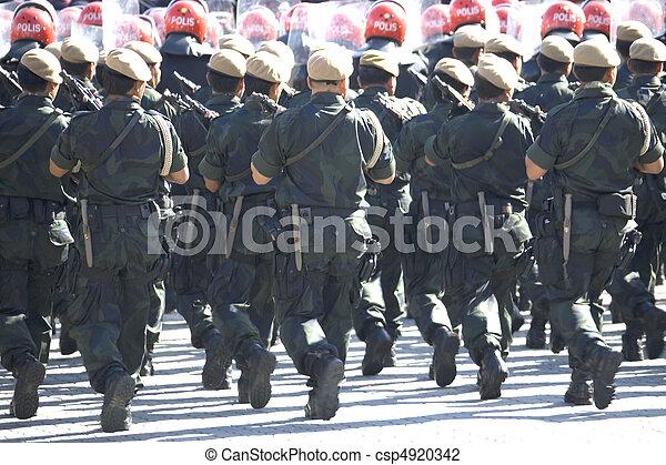 武装させられた, 警察, 行進 - csp4920342