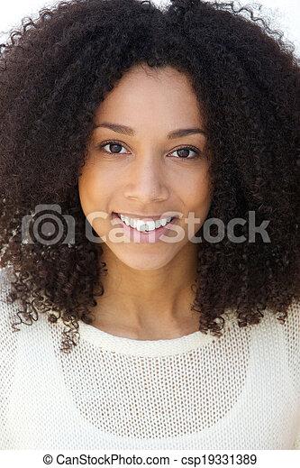 毛, 微笑の 女性, 若い, 巻き毛 - csp19331389
