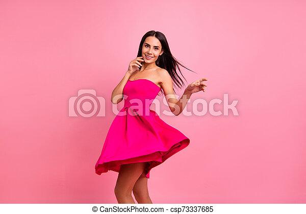 毛, 飛行, ムード, 終わり, formal-wear, 服, くるくる回る, 微笑, 隔離された, 鮮やか, ロマンス語, シック, ラウンド, かわいい, 身に着けていること, 女性, ピンクの背景, 上品, 春, 打撃, ぐるぐる回る, 彼女, 明るい, 衣装, 彼女, バラ, 写真 - csp73337685