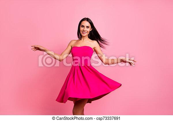 毛, 飛行, 終わり, formal-wear, 服, くるくる回る, 微笑, 隔離された, 鮮やか, ロマンス語, シック, ラウンド, かわいい, 身に着けていること, 女性, ピンクの背景, 上品, 春, 打撃, ぐるぐる回る, 魅力的, 彼女, 明るい, 衣装, 彼女, バラ, 写真 - csp73337691