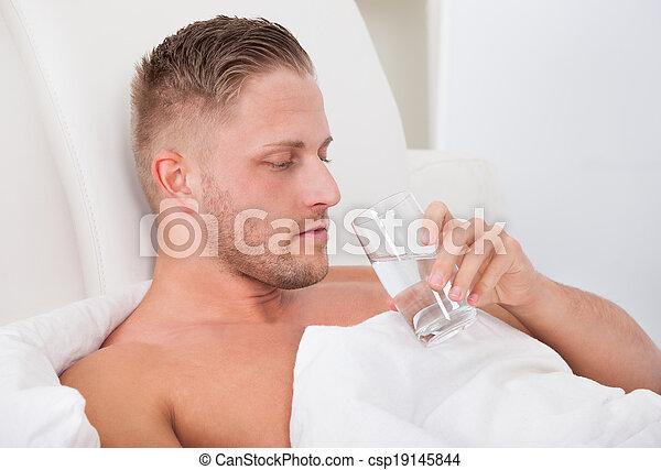 水 ガラス, 飲むこと, ベッド, 人 - csp19145844