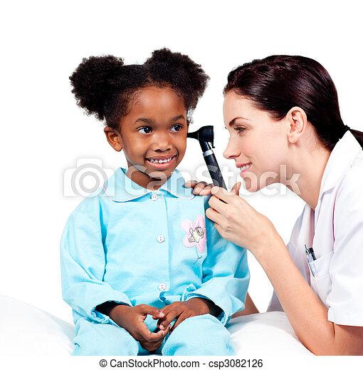 沉思, 她, 醫生, 檢查, patient\'s, 耳朵 - csp3082126