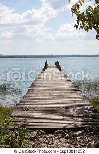 湖, flores, guatemala, peten - csp18811252