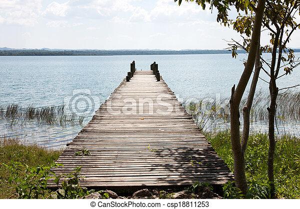 湖, flores, guatemala, peten - csp18811253