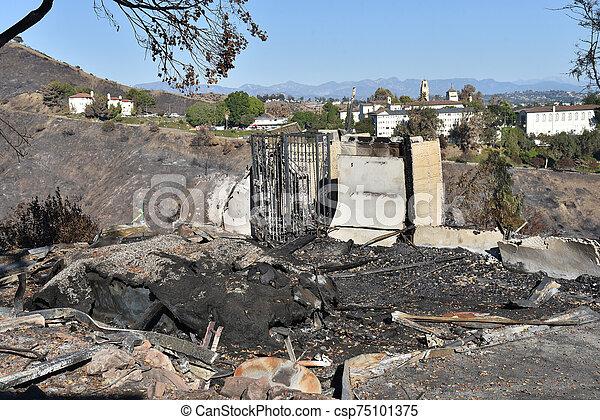 火, 燃えた, 家, 残物 - csp75101375