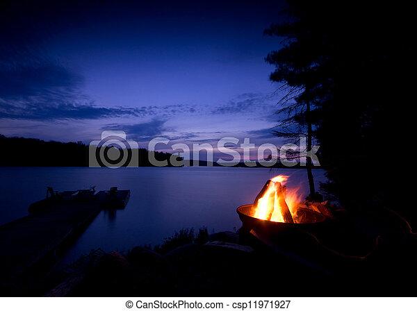營火, 湖 - csp11971927
