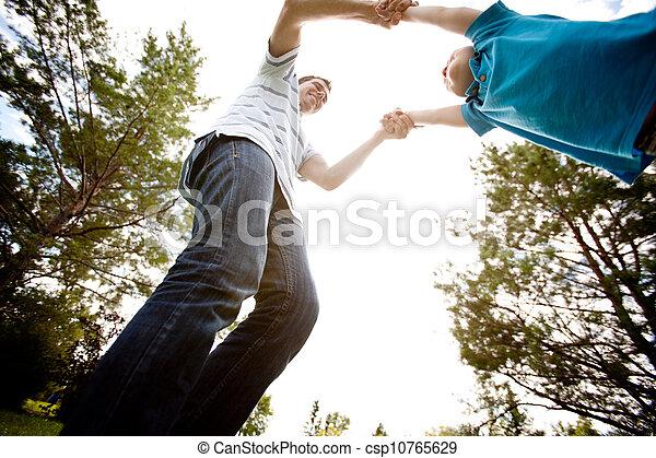 父, くるくる回る, 公園, 息子 - csp10765629