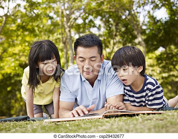 父, 一緒に, 本, アジア人, 読書, 子供 - csp29432677