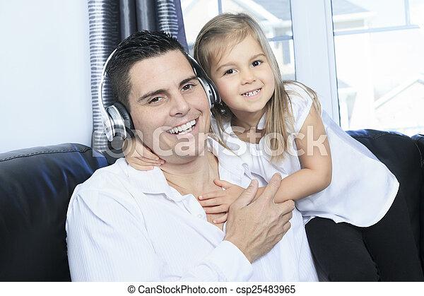 父, 娘, 聞くこと, 音楽 - csp25483965