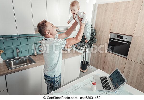 父, 満足させられた, 微笑。, 赤ん坊, 強い, 持ち上がること - csp63031459
