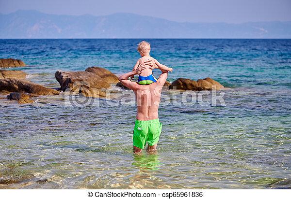 父, 男の子, 肩, よちよち歩きの子, 浜 - csp65961836