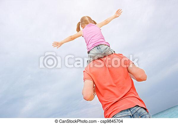 父, 肩, 彼の, 娘, 届く - csp9845704