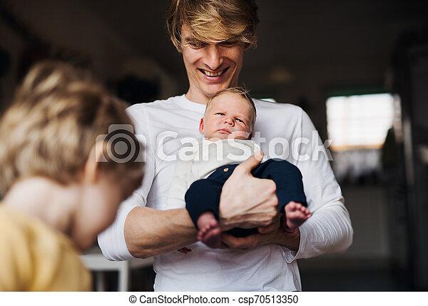 父, 若い, 息子, 生まれたての赤ん坊, よちよち歩きの子, home. - csp70513350
