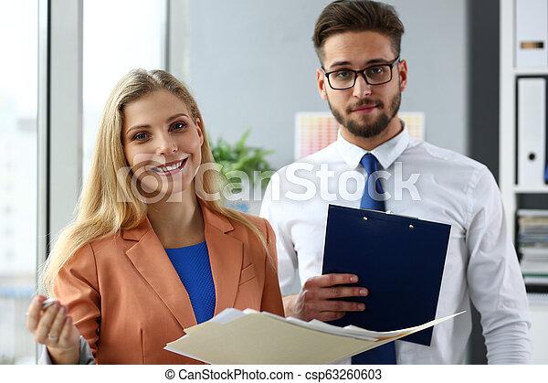 現代, グループ, businesspeople, オフィス, 討論 - csp63260603