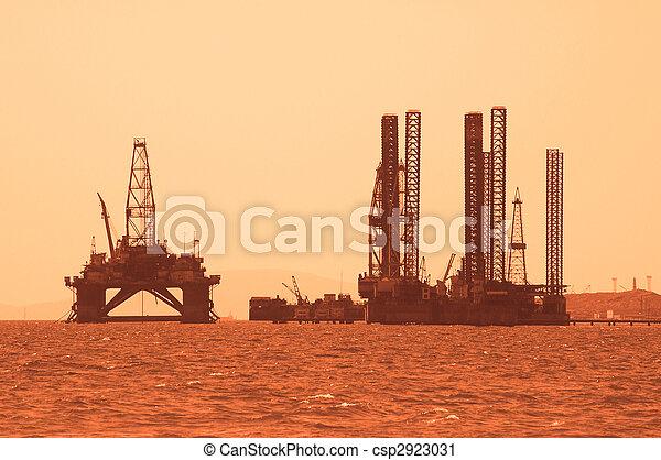 用具一式, オイル, caspian, アゼルバイジャン, 日没, 海, の間, baku - csp2923031