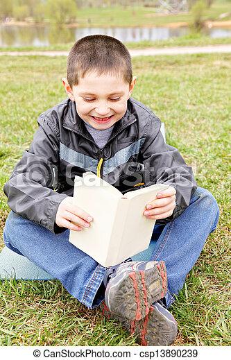 男の子, わずかしか, 読む本, 面白い - csp13890239