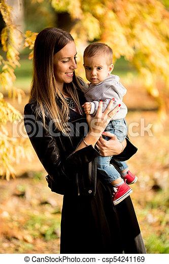男の子, 公園, 若い, 秋, 親, 赤ん坊, 幸せ - csp54241169
