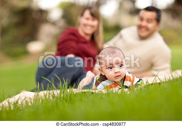男の子, 公園, 赤ん坊, レース, 親, 混ぜられた, 遊び, 幸せ - csp4830977