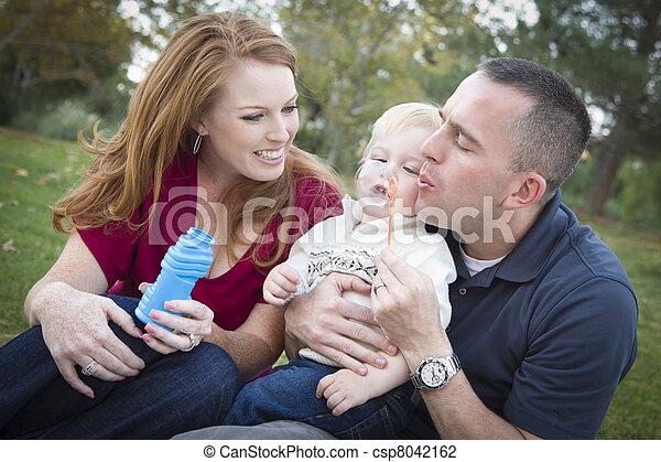 男の子, 吹く, 公園, 若い, ∥(彼・それ)ら∥, 親, 子供, 泡 - csp8042162