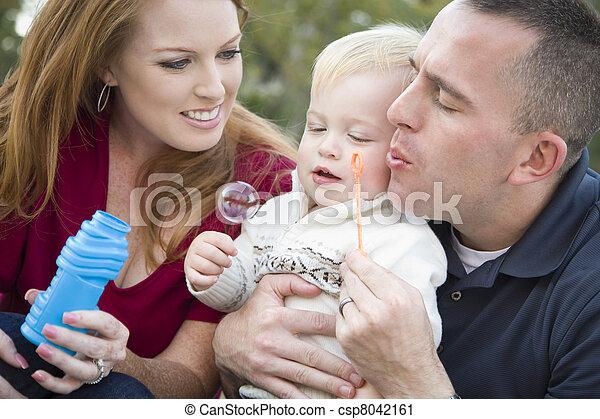 男の子, 吹く, 公園, 若い, ∥(彼・それ)ら∥, 親, 子供, 泡 - csp8042161