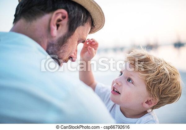 男の子, 夏, 父, holiday., 保有物, よちよち歩きの子, 浜 - csp66792616