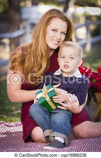 男の子, 彼の, 保有物, 贈り物, 公園, 若いママ, クリスマス - csp16966236