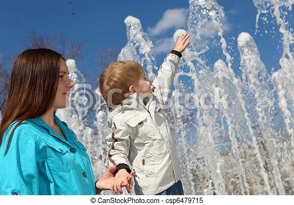 男の子, 彼の, 母, 公園, 若い, 歩く - csp6479715