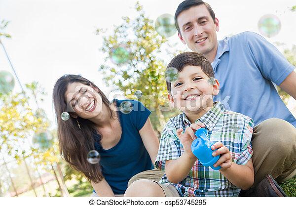 男の子, 彼の, 若い, 吹く, 親, 泡, park. - csp53745295