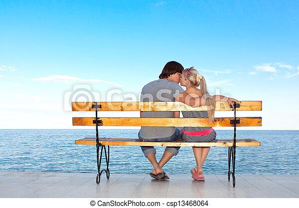 男孩, 愛, 浪漫的夫婦, 長凳, 親吻, 女孩, 海灘 - csp13468064