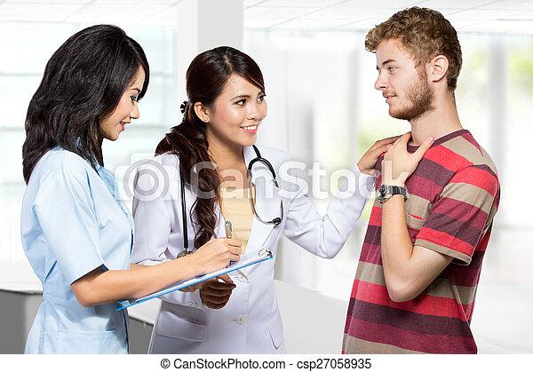 病人, 醫生, 給, assistanced, 咨詢, 護士, 微笑 - csp27058935