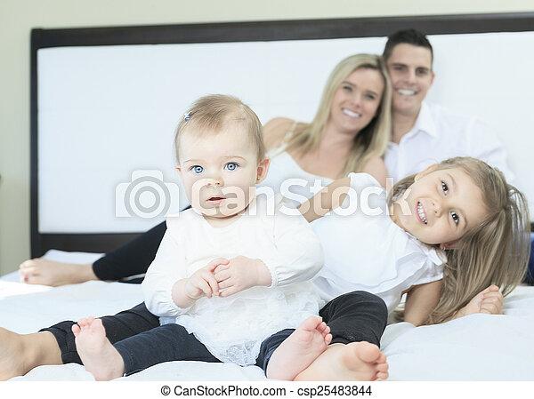 白, 幸せ, ベッド, 家族, 寝室 - csp25483844
