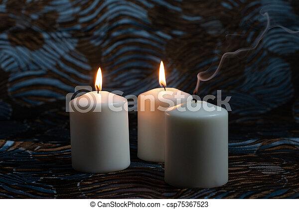 白, 蝋燭, 暗い背景, 燃焼 - csp75367523