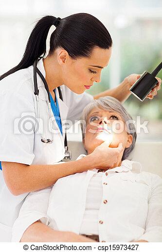 皮膚科医, 患者の, 中央, 点検, 皮膚, 年を取った - csp15973427