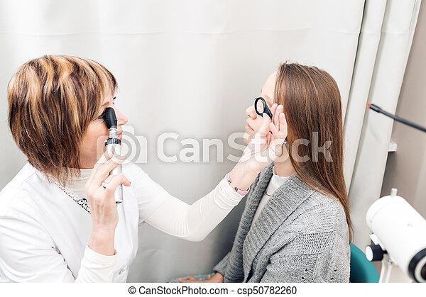 目を調べる, 女性, 若い, 私用, 医院, 女性, 検眼士, シニア - csp50782260
