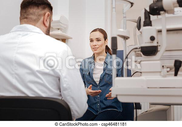 眼科医, よい, 彼女, 見る, 女, 話すこと, すてきである - csp46481181